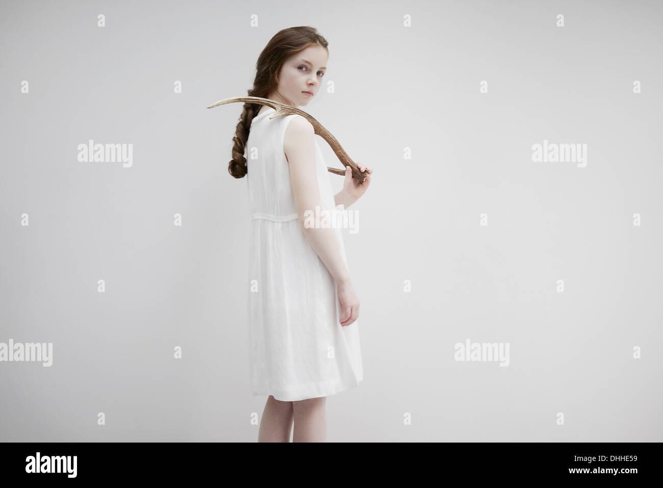 Mädchen posiert seitwärts mit Geweih Stockbild