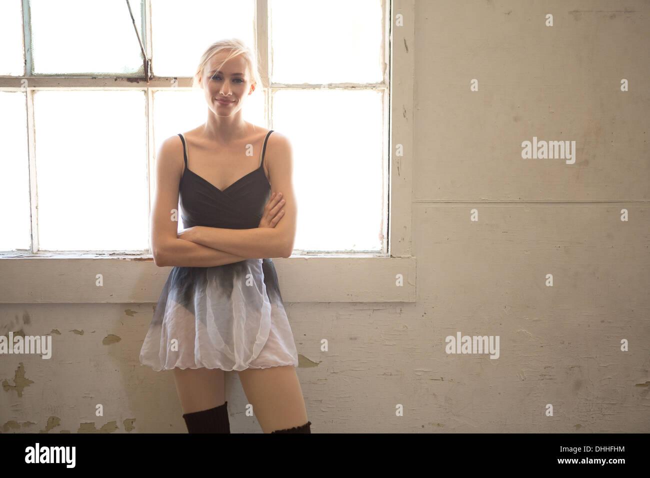 Porträt von Ballett-Tänzerin mit verschränkten Armen Stockbild