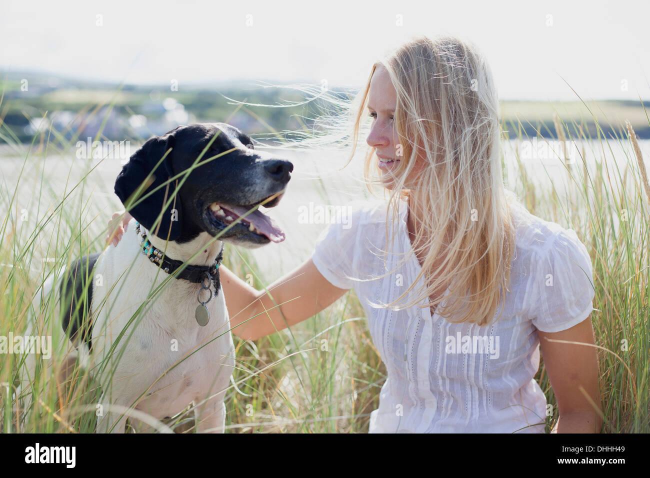 Frau mit Hund von Küste, Wales, UK Stockbild