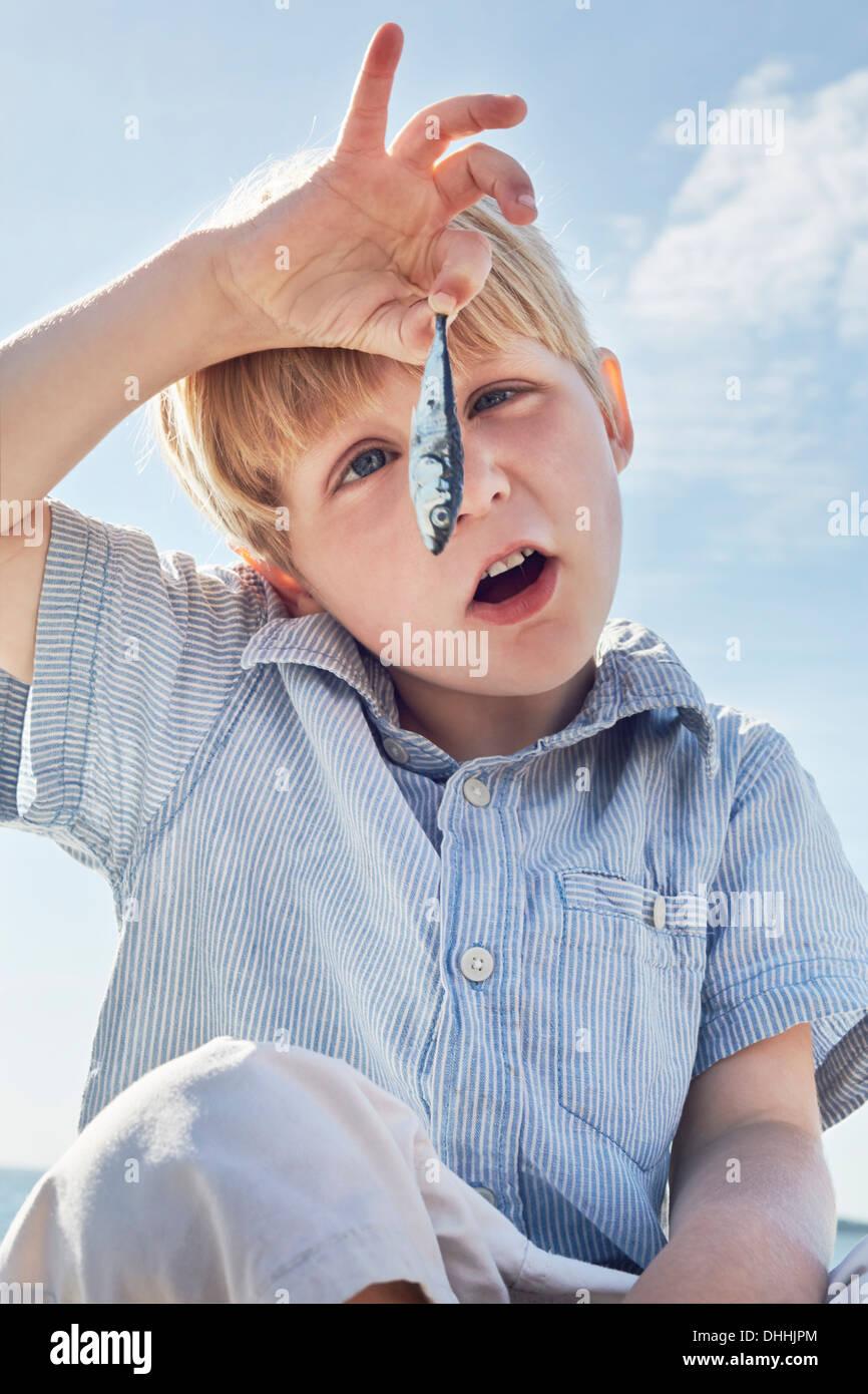 Junge starrte auf Fisch, Utvalnas, Schweden Stockbild