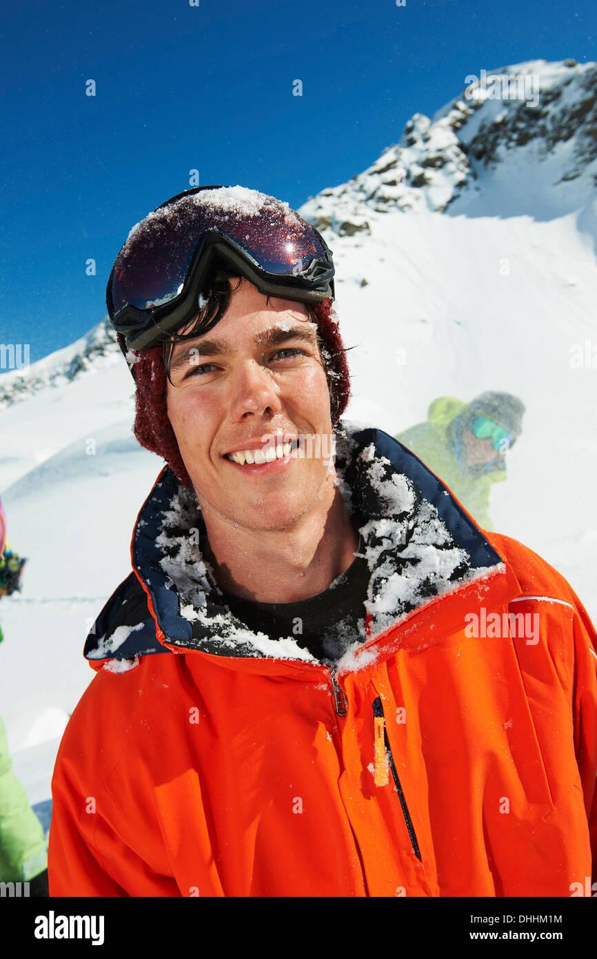 Porträt des Mannes tragen orange Skijacke, Kühtai, Österreich Stockbild