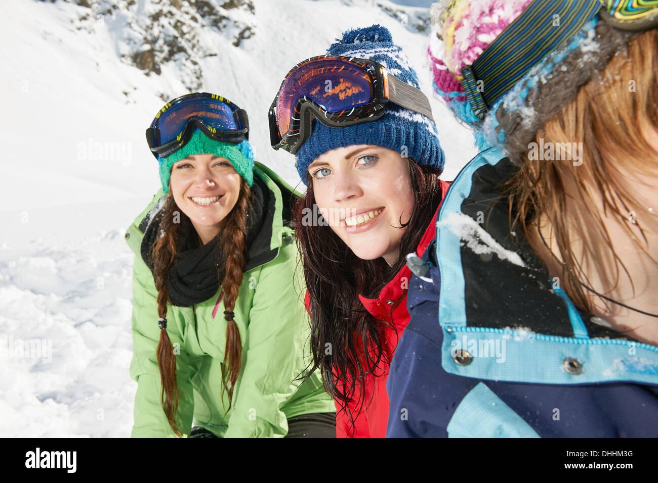 Freundinnen tragen Skibekleidung, Kühtai, Österreich Stockfoto