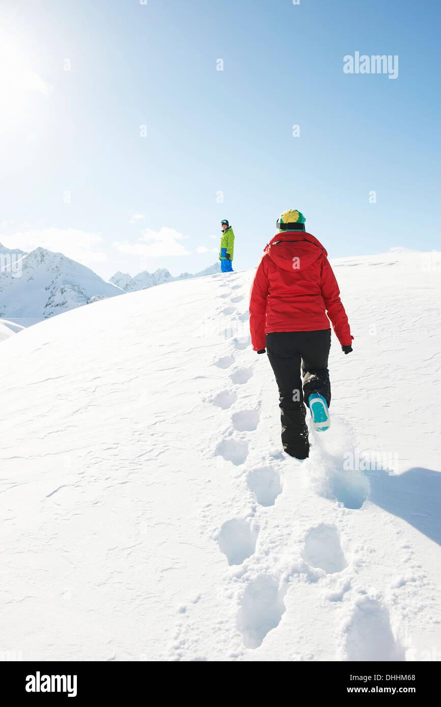 Zwei Menschen wandern im Schnee, Kühtai, Österreich Stockbild