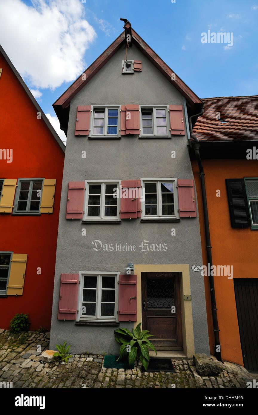 """""""Das Kleine Haus"""", Deutsch für 'Das kleine Haus', schmale Giebel dreistöckige Gebäude mit einem Satteldach, verputzt Stockbild"""