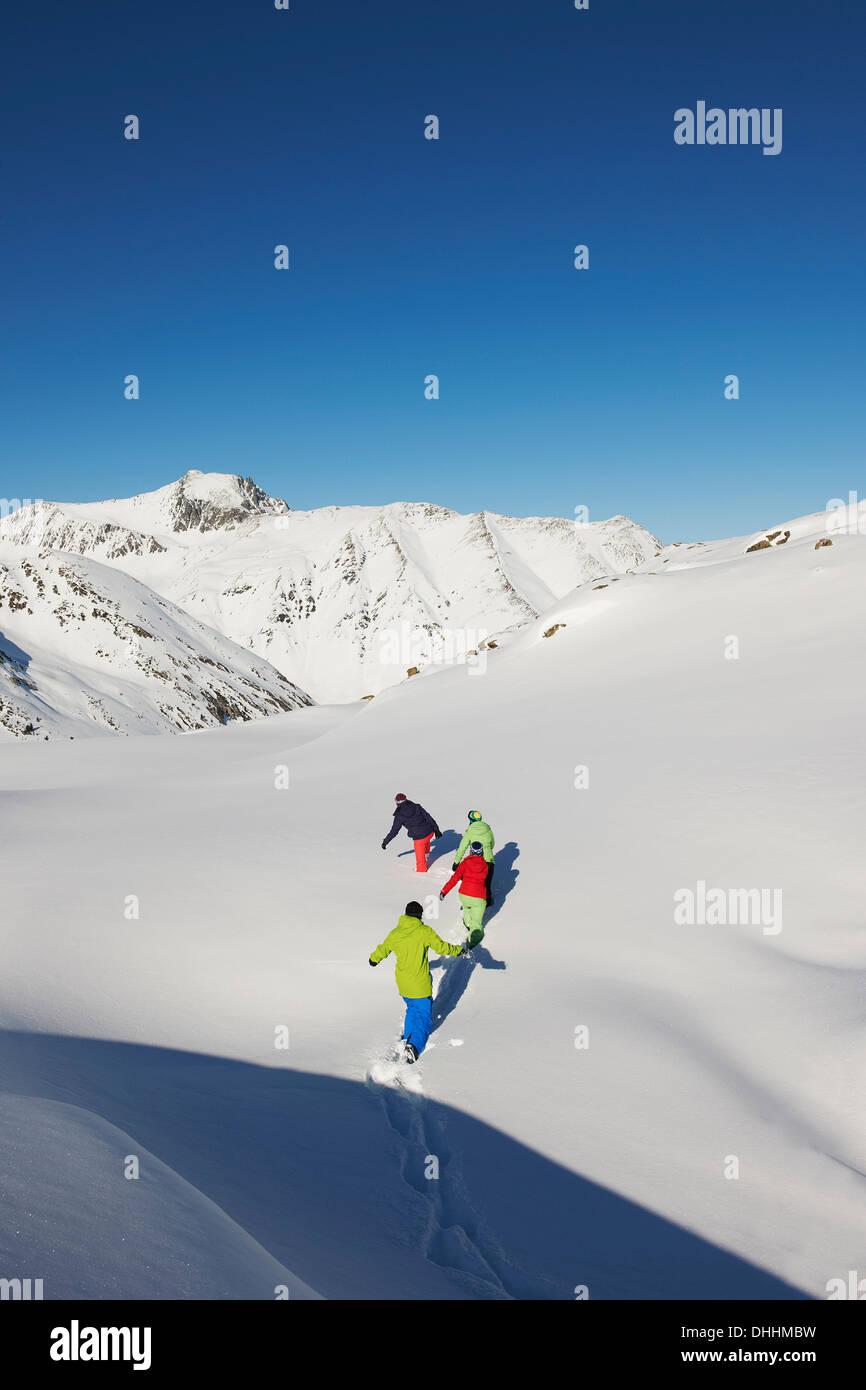 Freunde, die zu Fuß durch den Schnee, Kühtai, Österreich Stockfoto