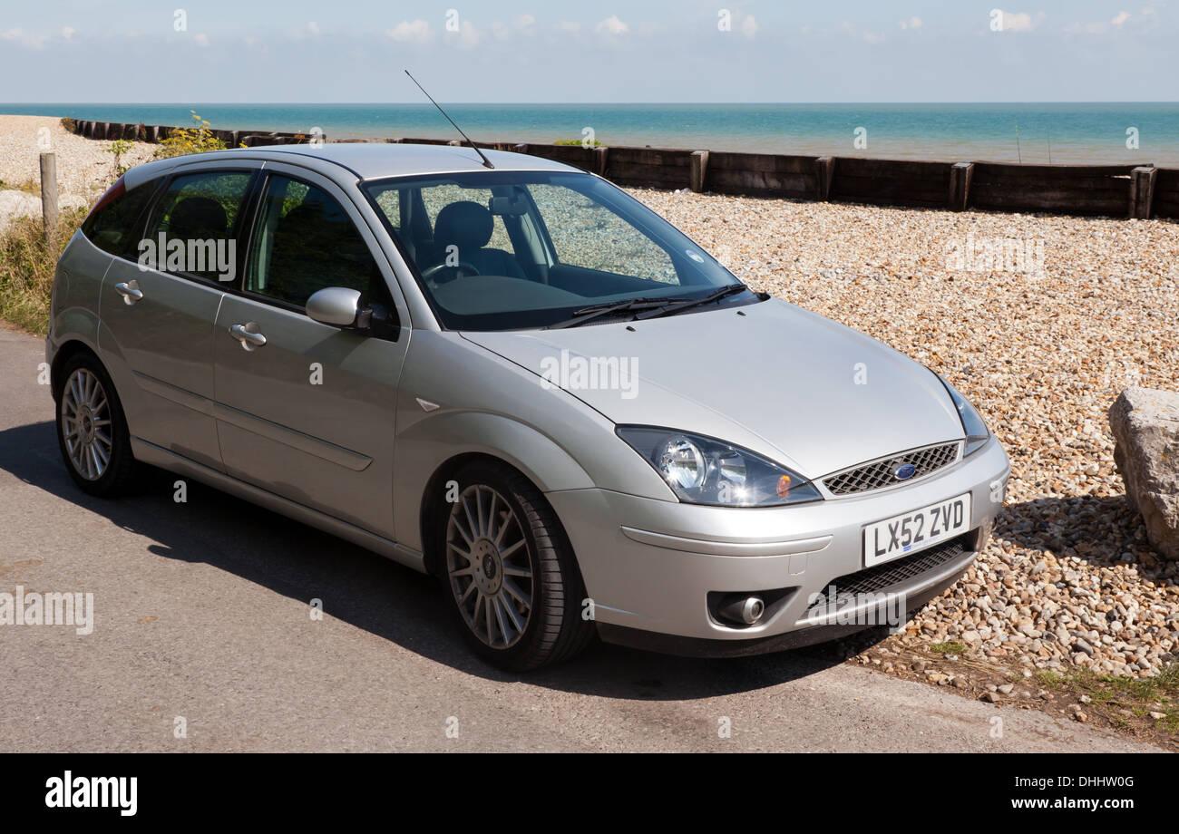 Bild eines 2002 Mk 1 Silver Ford Focus ST 170 am Strand von Kingsdown, Kent geparkt. Stockbild