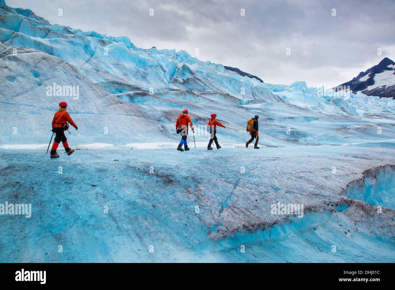 Vier Menschen zu Fuß auf Mendenhall Gletscher, Alaska, USA Stockbild
