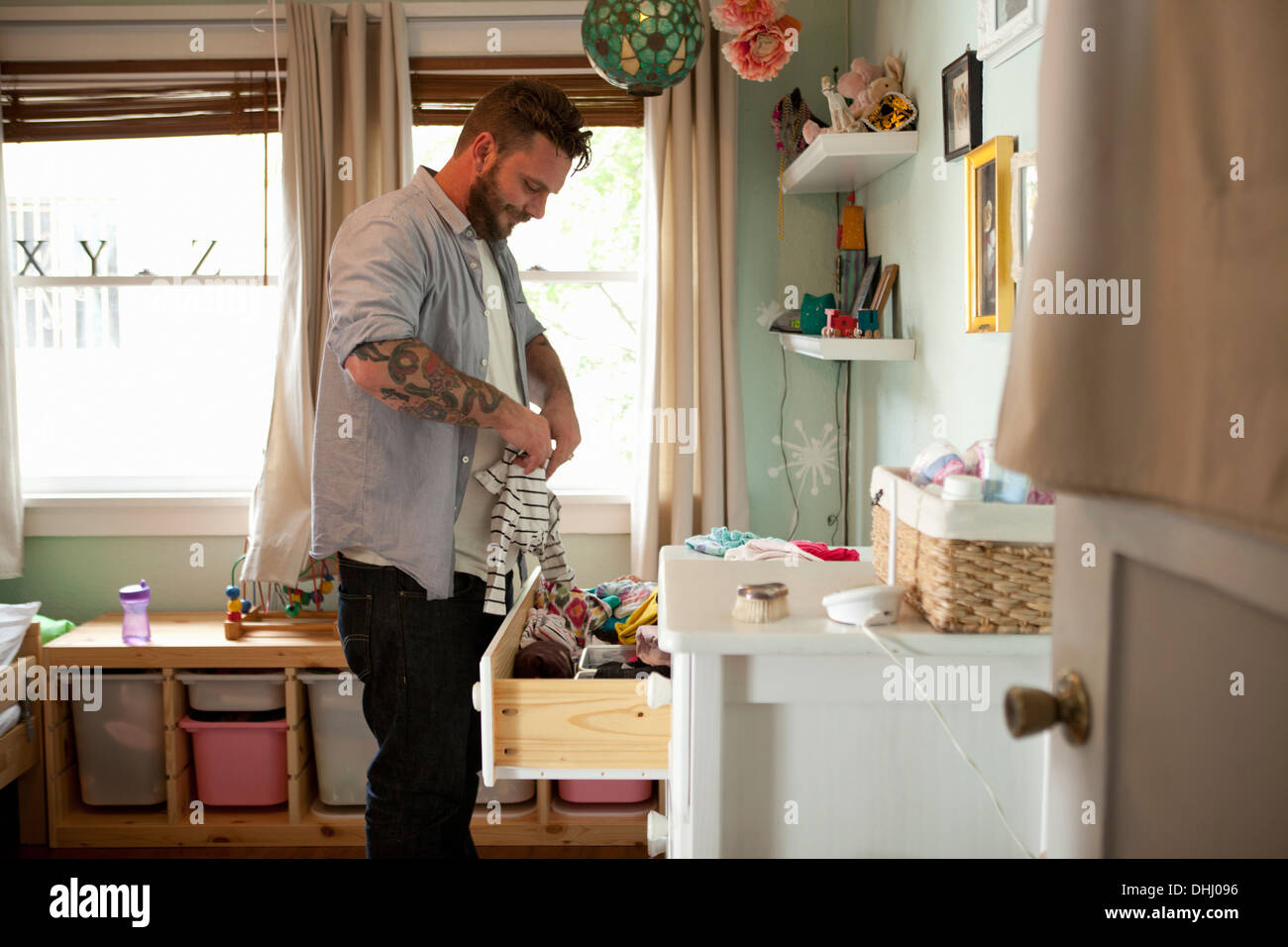 Vater des Kindes Wäsche wegräumen Stockbild