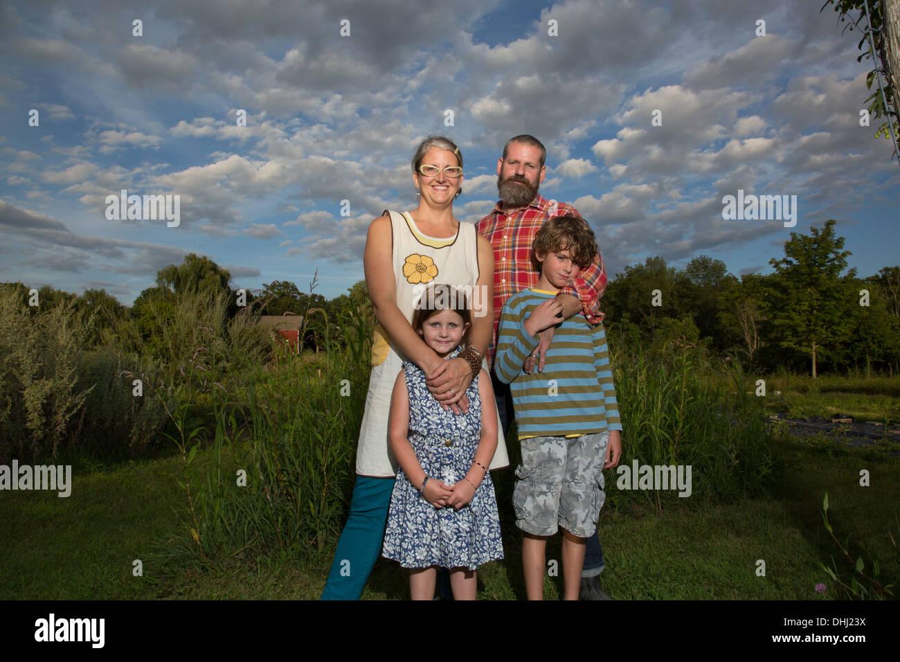 Porträt des Paares mit Kindern am Bauernhof der Familie Kraut Stockbild