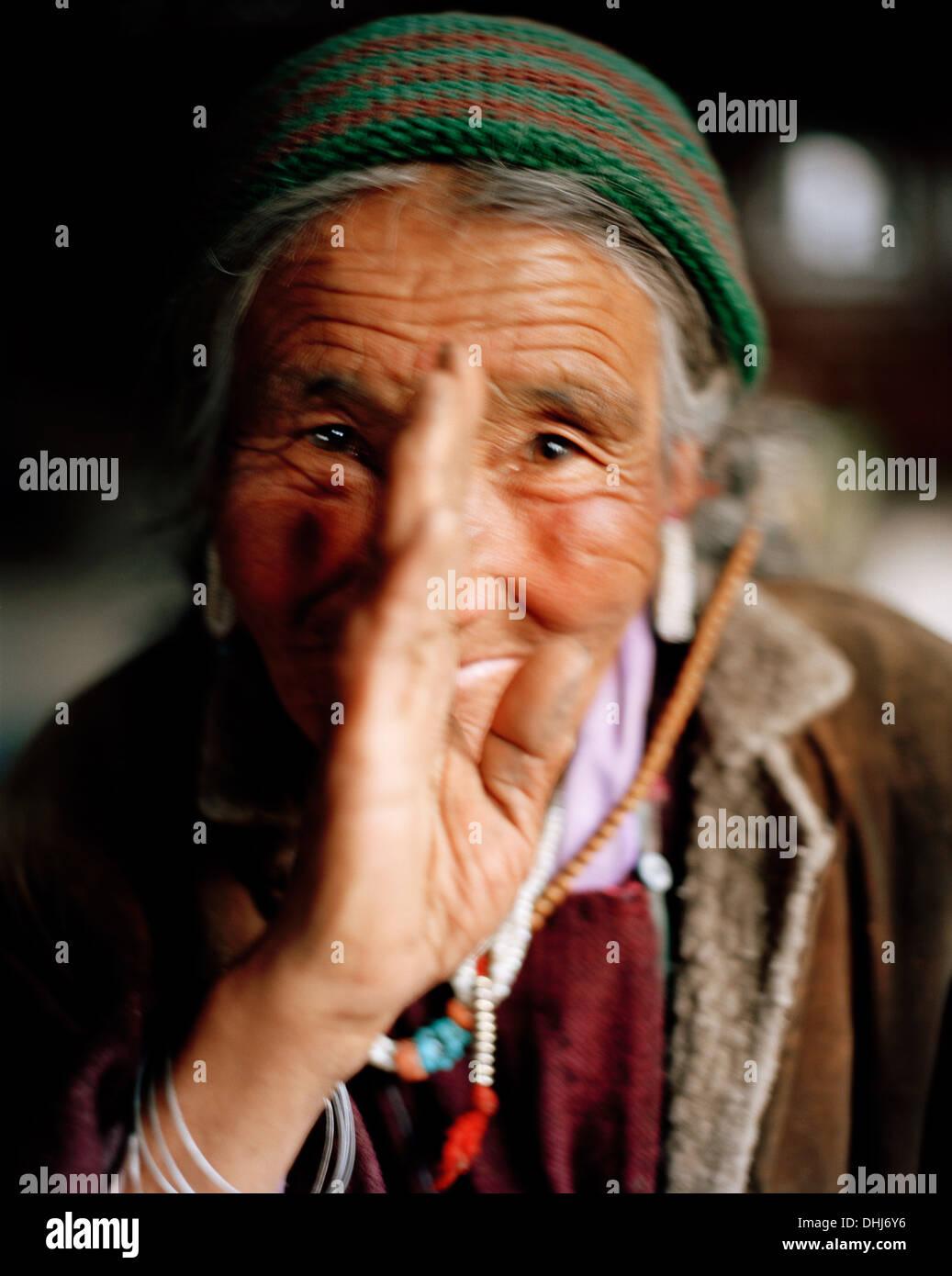 Ihre Landsfrau Gruß Julee, 72 Jahre alte Oma der Familie Tsemopa ...