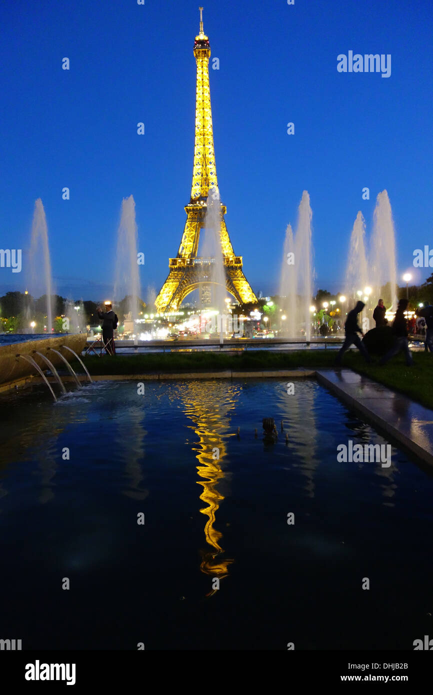 paris rain eiffel tower stockfotos paris rain eiffel tower bilder alamy. Black Bedroom Furniture Sets. Home Design Ideas