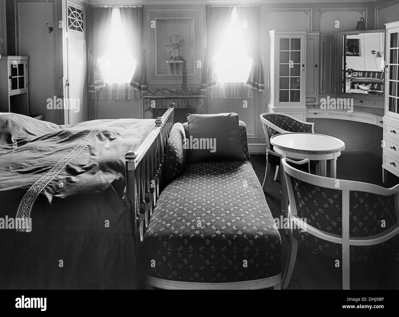 Blick Auf Eine Kabine Mit Betten Möbel Und Toilette Tisch Auf Dem