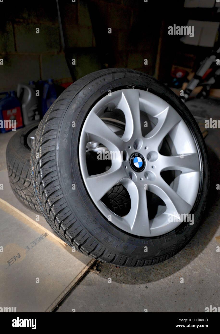 Neue Kälte Winterreifen (CWT) auf auf BMW Alufelgen bereit für den Einbau in ein Auto Stockbild