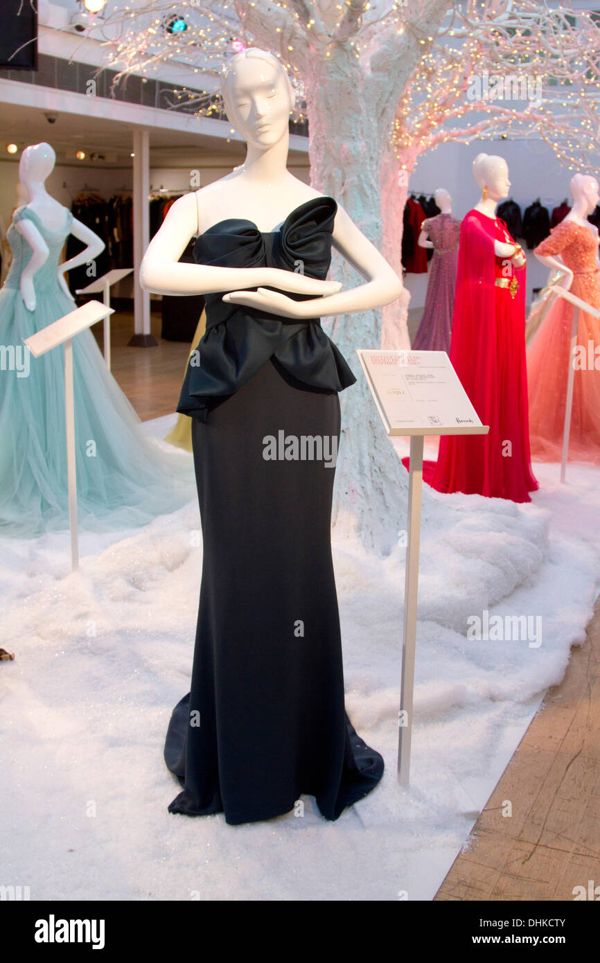 London, UK. 12. November 2013. 10 exklusive Kleider im Rahmen einer ...