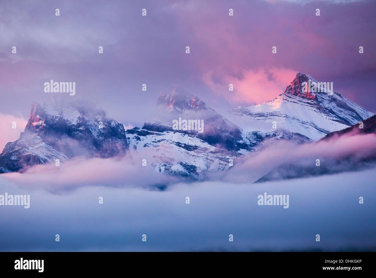 Die drei Schwestern-Gipfel bei Sonnenaufgang von Canmore Alberta kanadischen Rocky Mountains, Kanada Stockbild