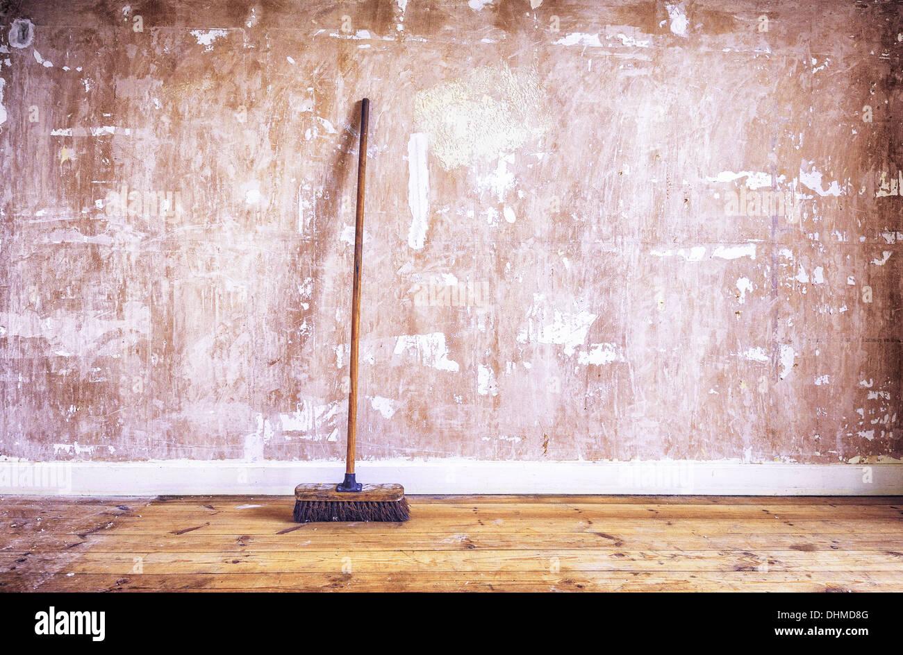 Eine Holzerne Burste Besen Gelehnt Eine Abgespeckte Gipskartonwand