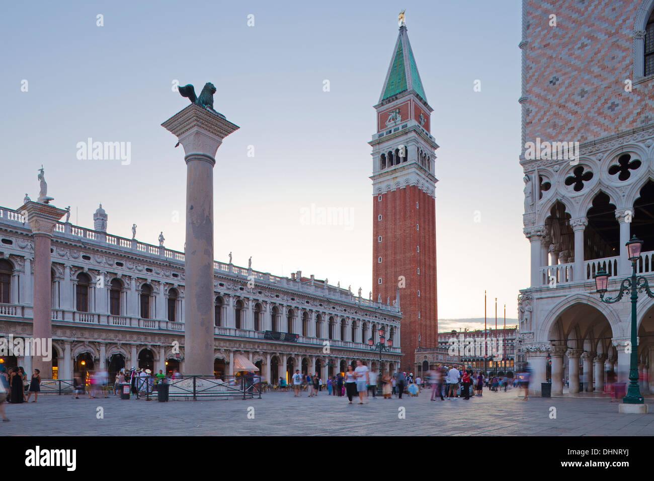 venedig markusplatz campanile dogenpalast l wen von. Black Bedroom Furniture Sets. Home Design Ideas