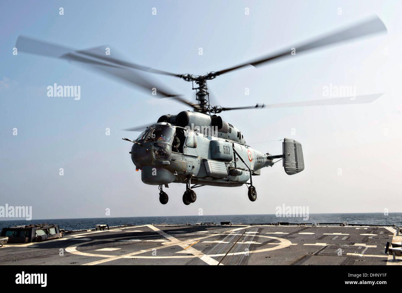 Ein Indische Marine KV-28 Helix Hubschrauber landet auf dem Flugdeck der Arleigh-Burke-Klasse geführte Flugkörper Zerstörer USS McCampbell während des Trainings Malabar 7. November 2013 in den Golf von Bengalen tätig. Stockbild