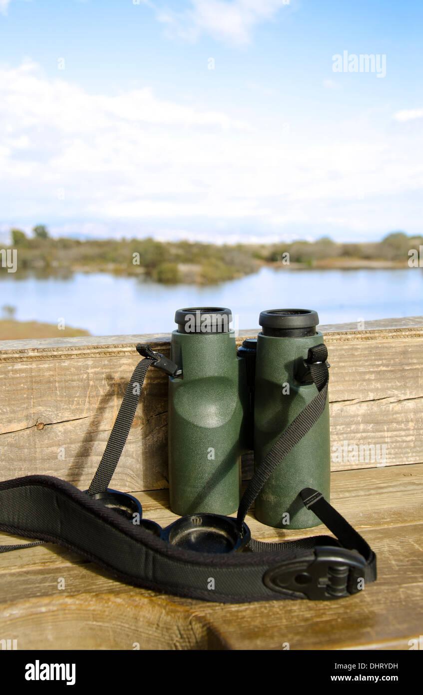 Fernglas Auf Einem Regal Im Holzernen Vogel Verstecken Oder Blind