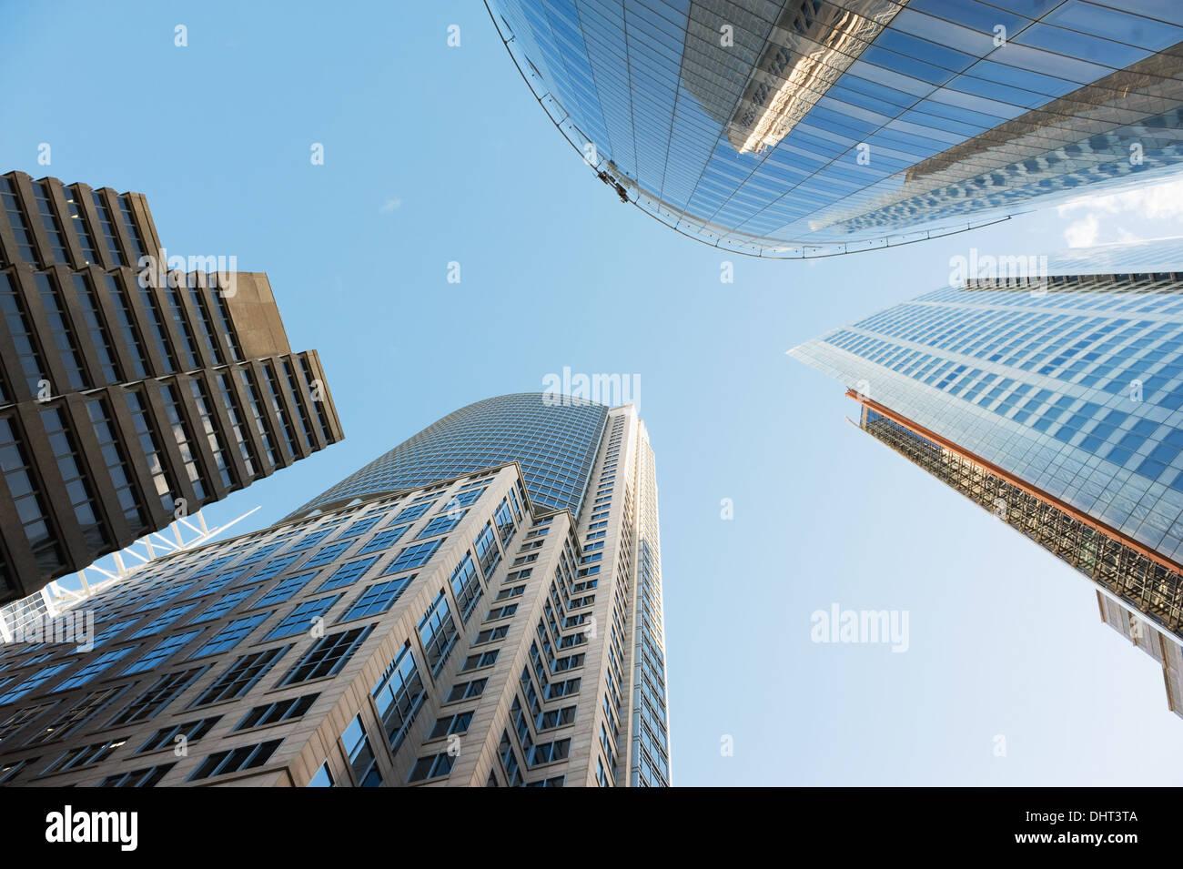Blick auf den Himmel, umgeben von Wolkenkratzern von Sydney Stockbild