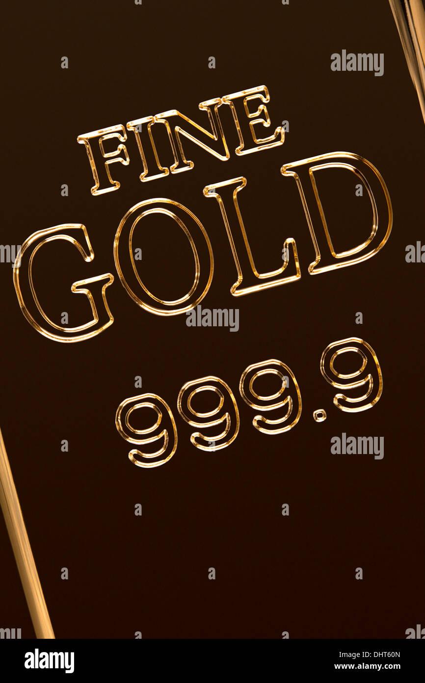 Eine Nahaufnahme Bild von einem Gold bar Oberfläche mit gestanzten Insignien. Dieses Bild kann horizontal oder vertikal verwendet werden. Stockbild