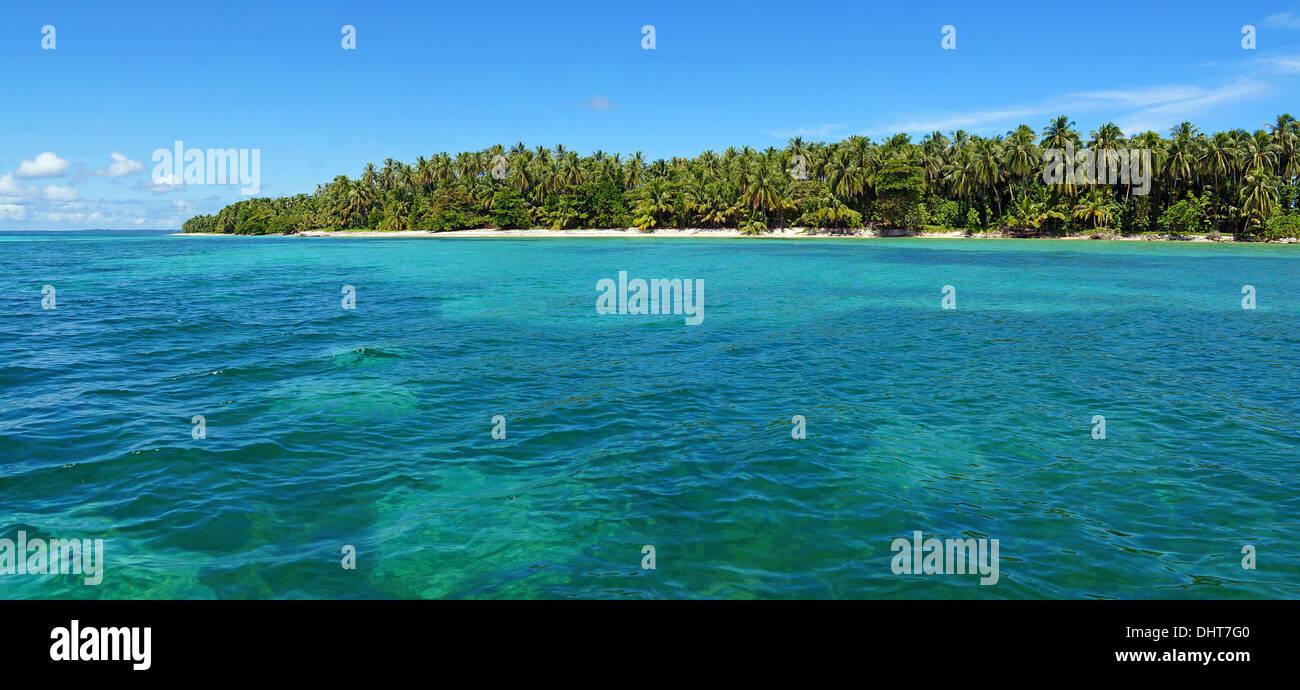 Panoramablick auf einer unberührten tropischen Insel mit üppiger Vegetation, Karibik, Panama Stockbild