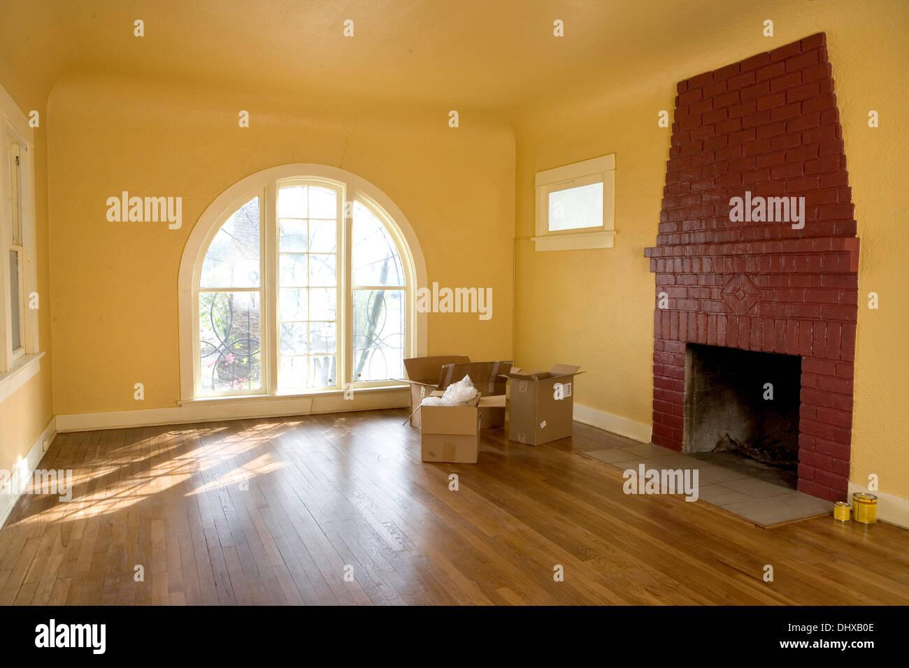 Einen leeren Raum in einem Haus mit Kisten packen oder entpacken Stockbild
