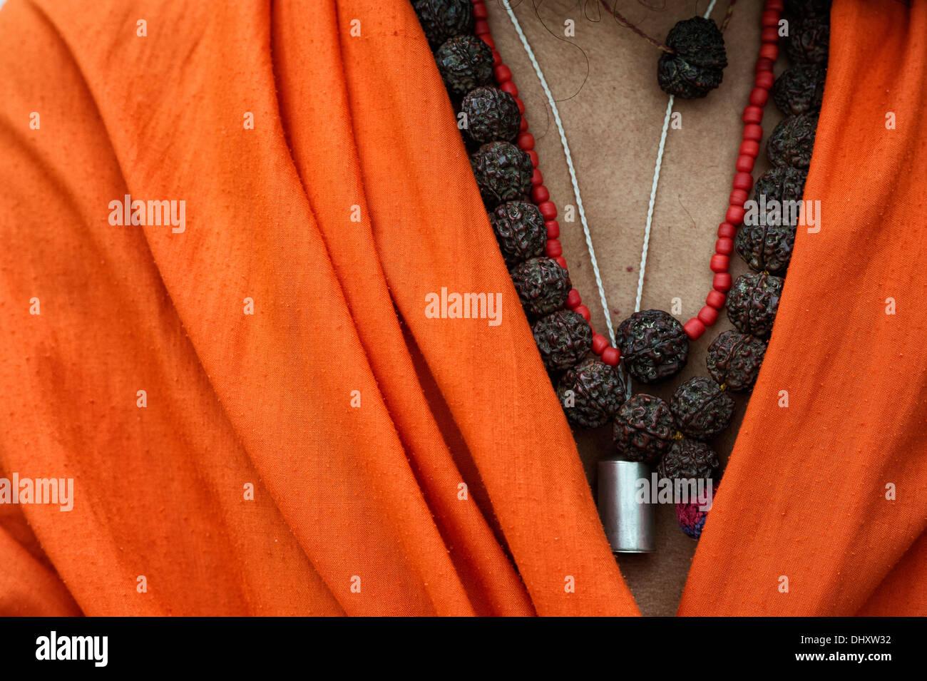 Indischen Sadhus Rudraksha Perlen gegen seine orange Tuch. Indien Stockfoto