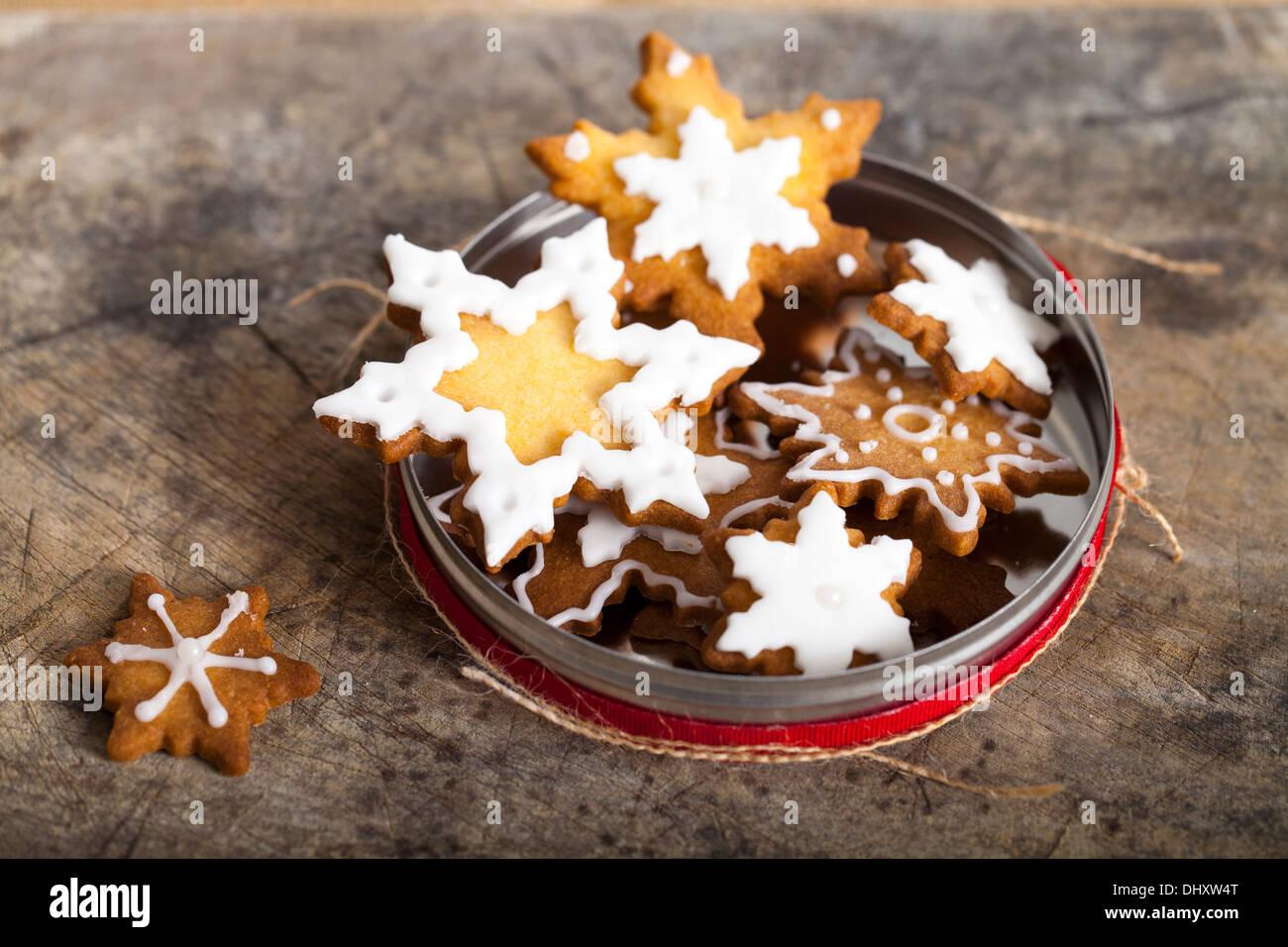 Weihnachtsplätzchen mit Zuckerguss Stockbild
