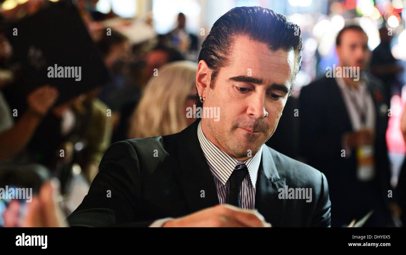 LOS ANGELES - NOVEMBER 8: Der Schauspieler Colin Farrell unterschreibt ein Autogramm für einen Fan 8. November 2013 in Los Angeles, Kalifornien. Stockbild