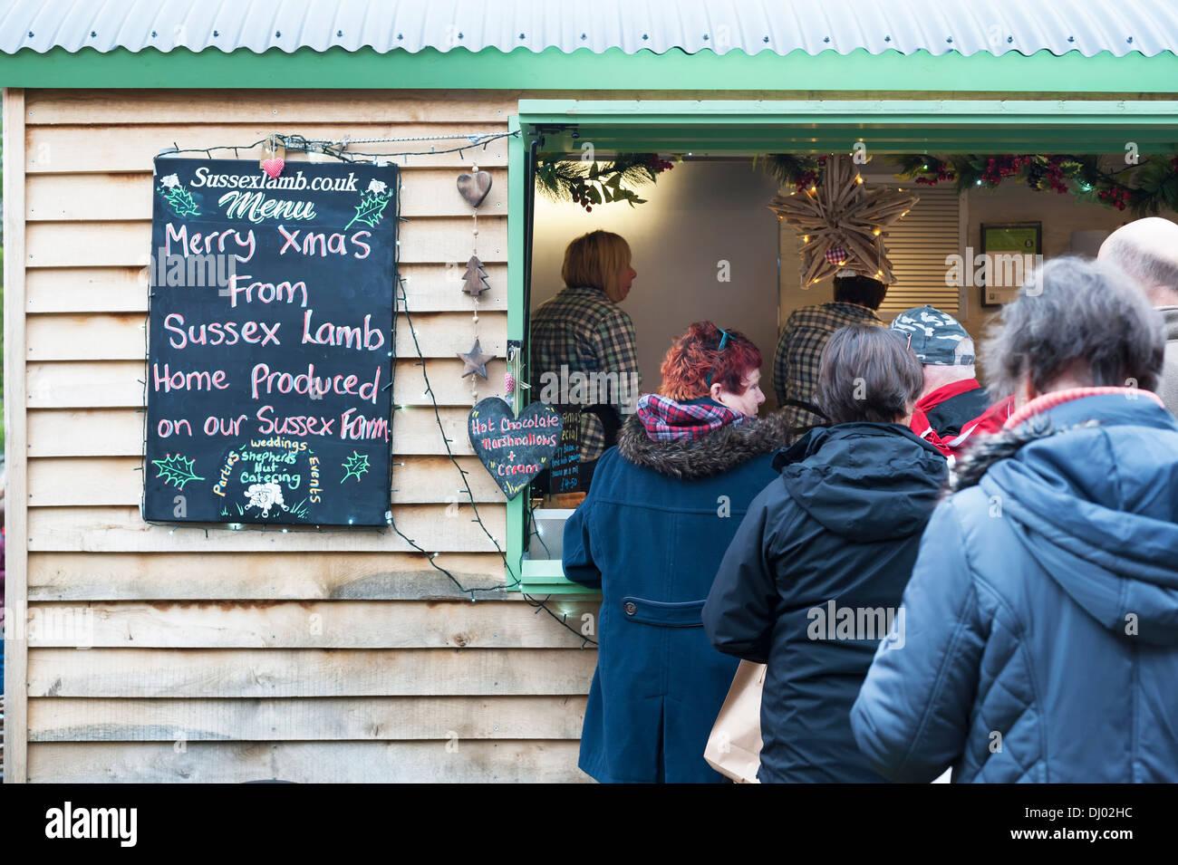 Menschen Schlange stehen und warten auf ein Lebensmittel Hütte / van ...