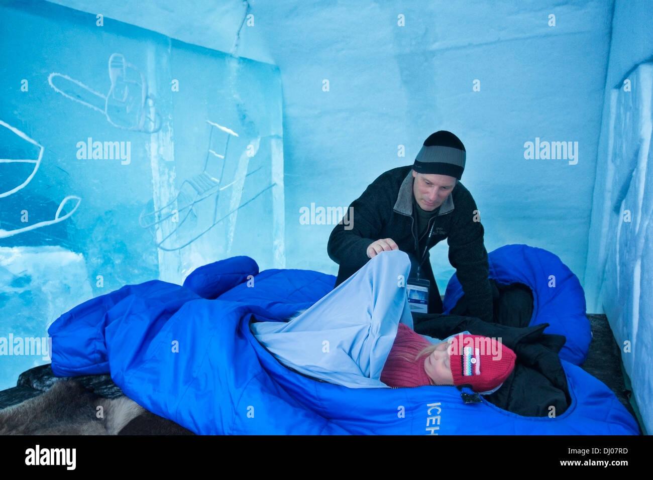 Vater seiner Tochter in Schlafsack auf dem Eisbett stopfte, Eishotel ...