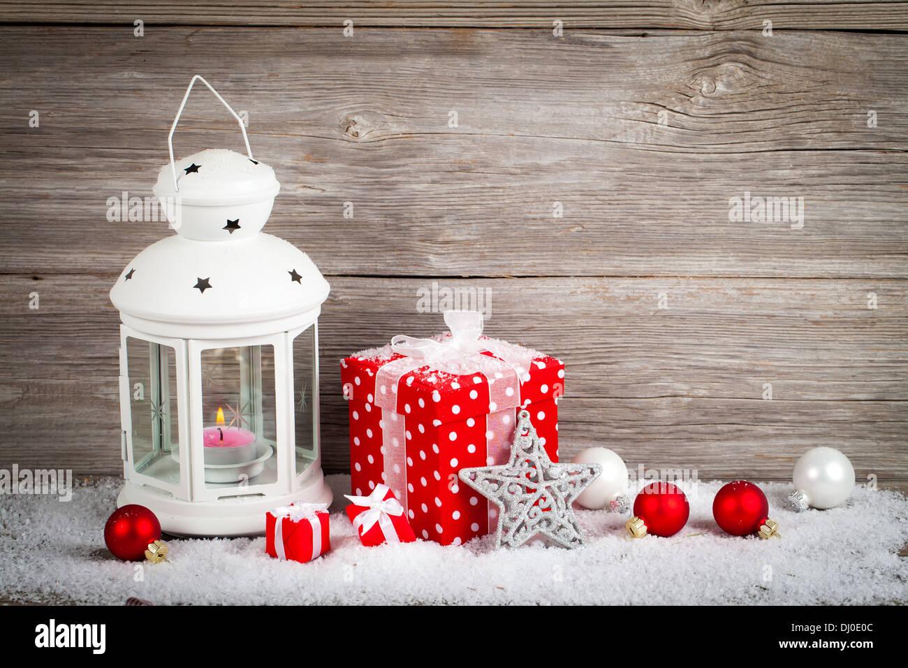 Laterne Im Schnee Mit Weihnachtsdekoration Auf Holz Hintergrund Brennen,
