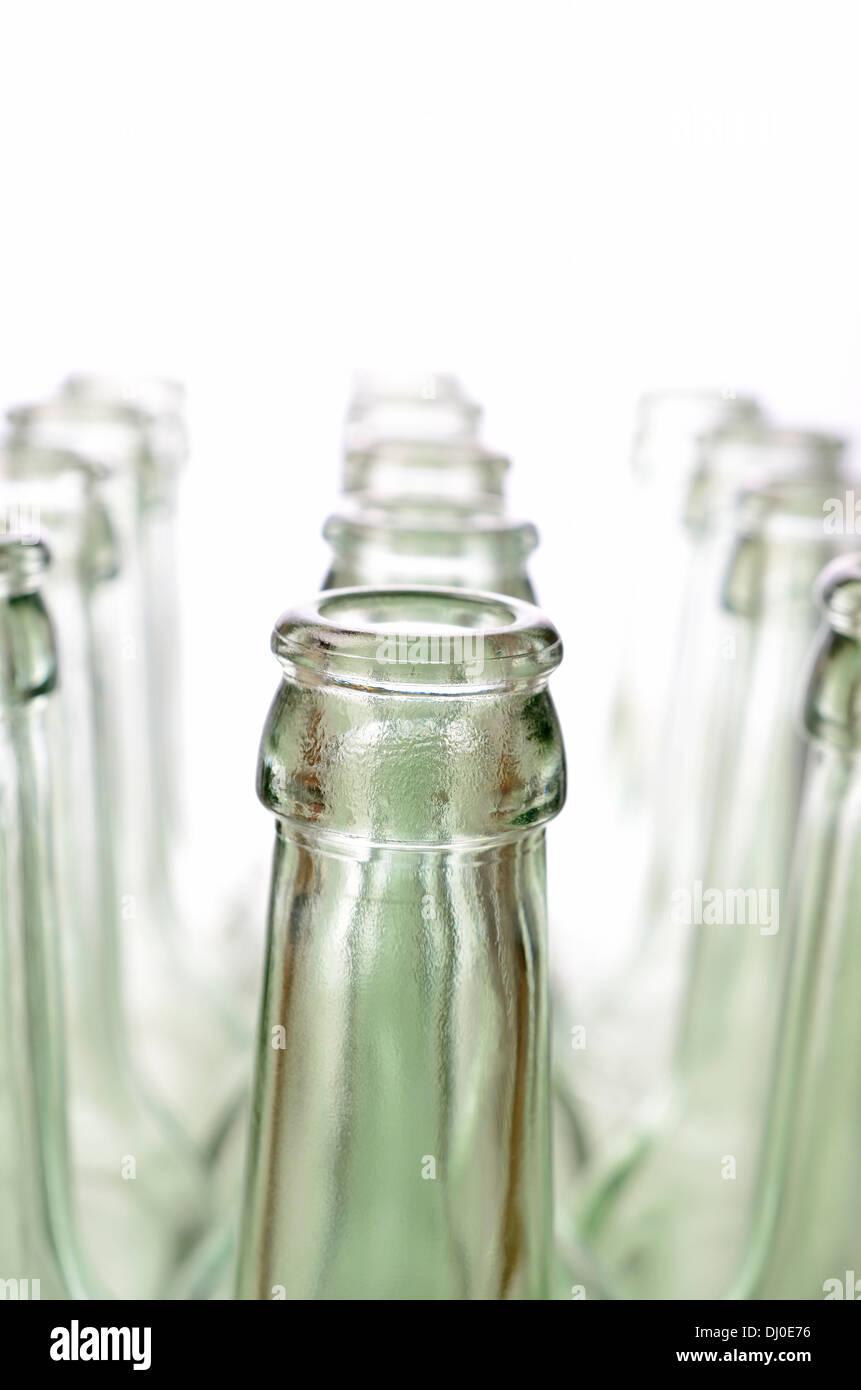 leere flaschen auf einem wei en hintergrund selektiven fokus auf vordergrund stockfoto bild. Black Bedroom Furniture Sets. Home Design Ideas