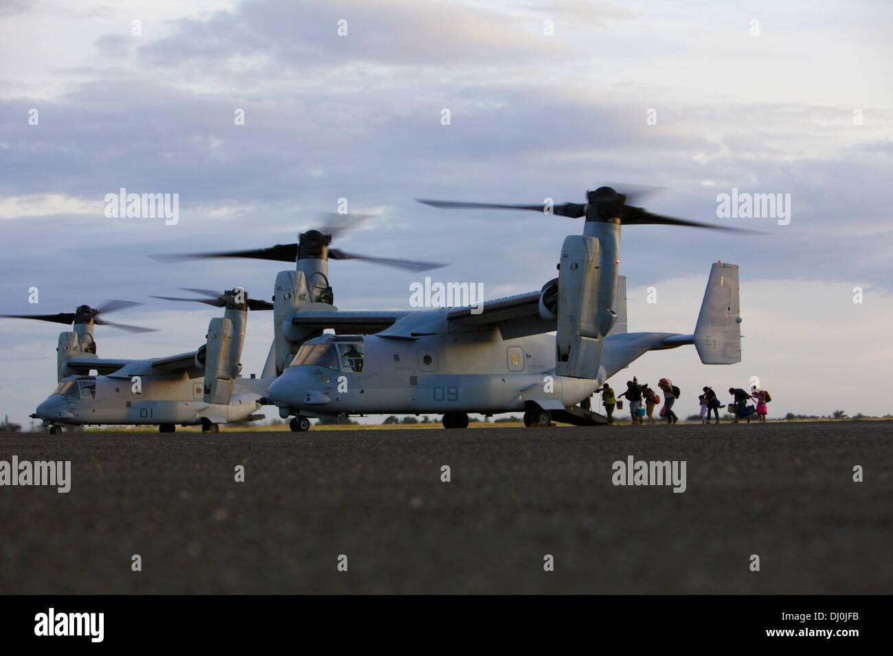 Philippinische Bürger an Bord ein MV-22 Osprey in Tacloban Air Base, am 16. November im Rahmen der Operation Damayan. Der Fischadler bietet eine einzigartige Fähigkeit in dieser Art von Operation aufgrund seiner vertikalen Start und Landung Fähigkeiten und seine Fähigkeit, r konvertieren Stockbild