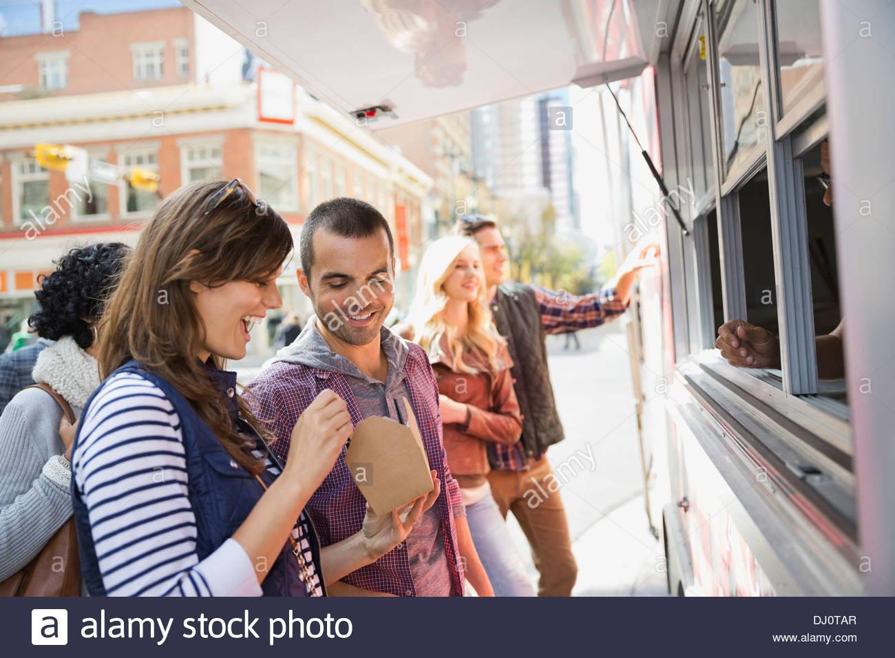 Paar genießt herausnehmen Essen Stockbild