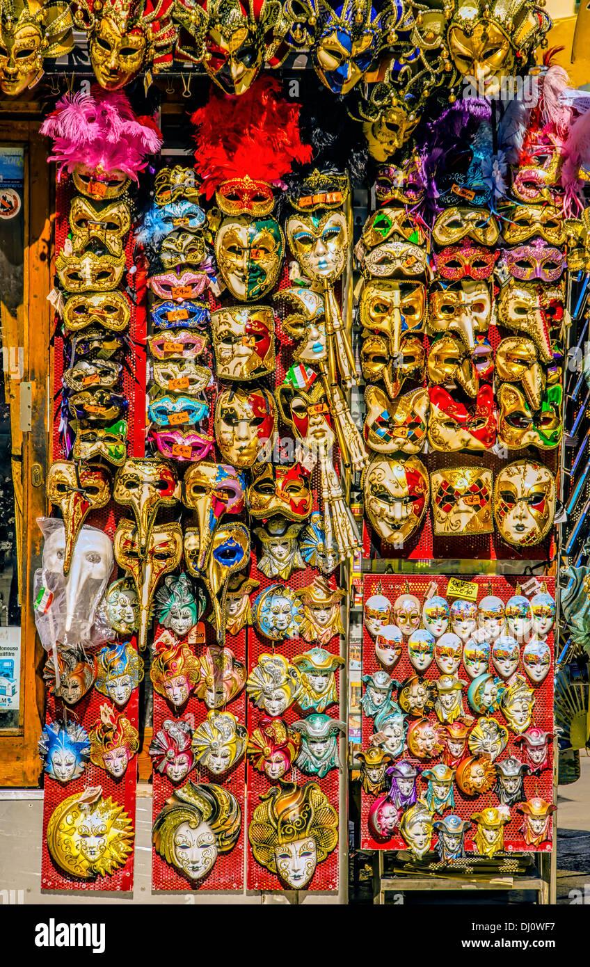 Karnevalsmasken sind sehr beliebte touristische Souvenirs und werden in viele kleine Läden und Stände Straße. Stockbild