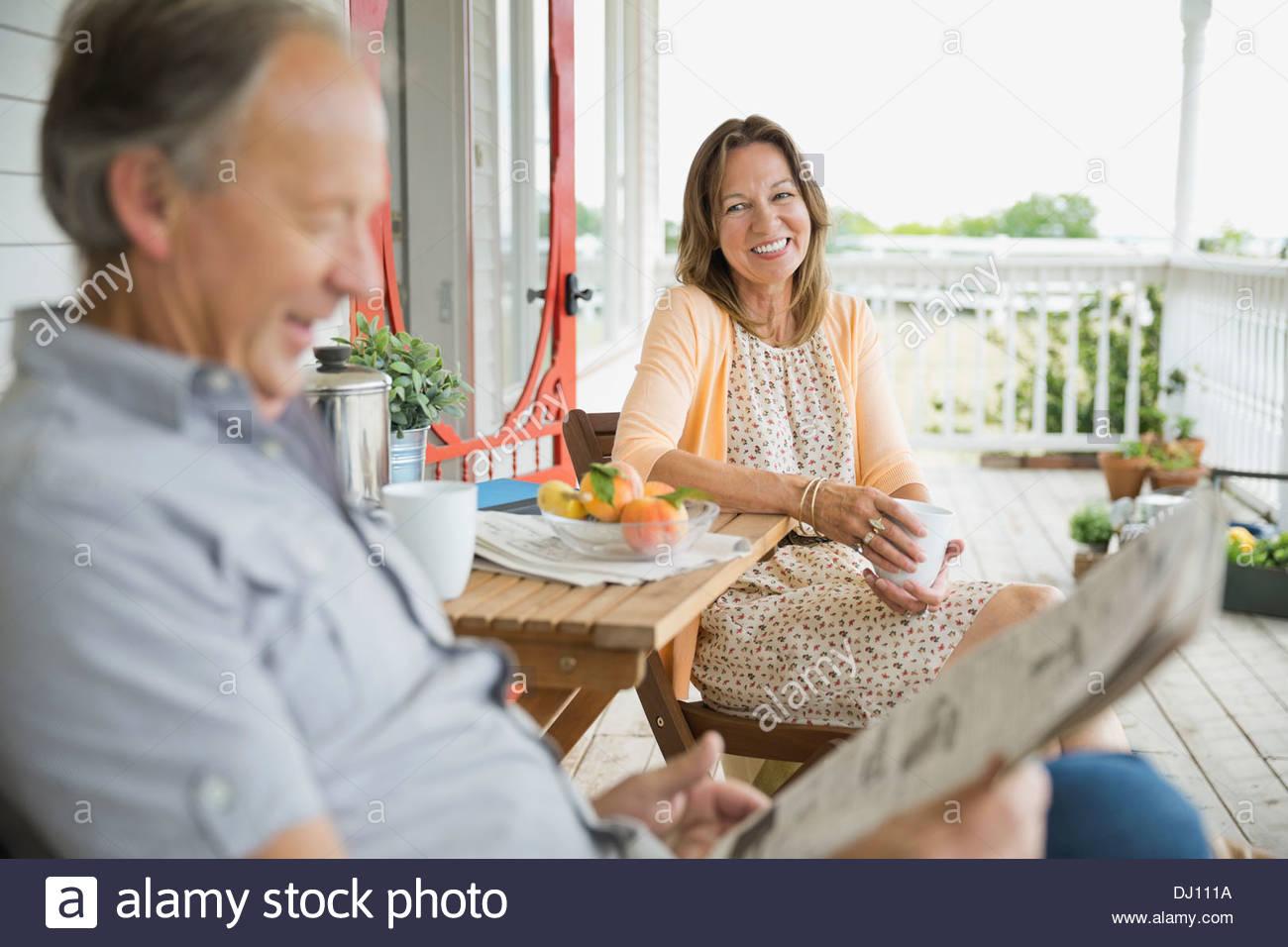 Älteres Paar, Zeit miteinander zu verbringen, auf der Veranda Stockfoto