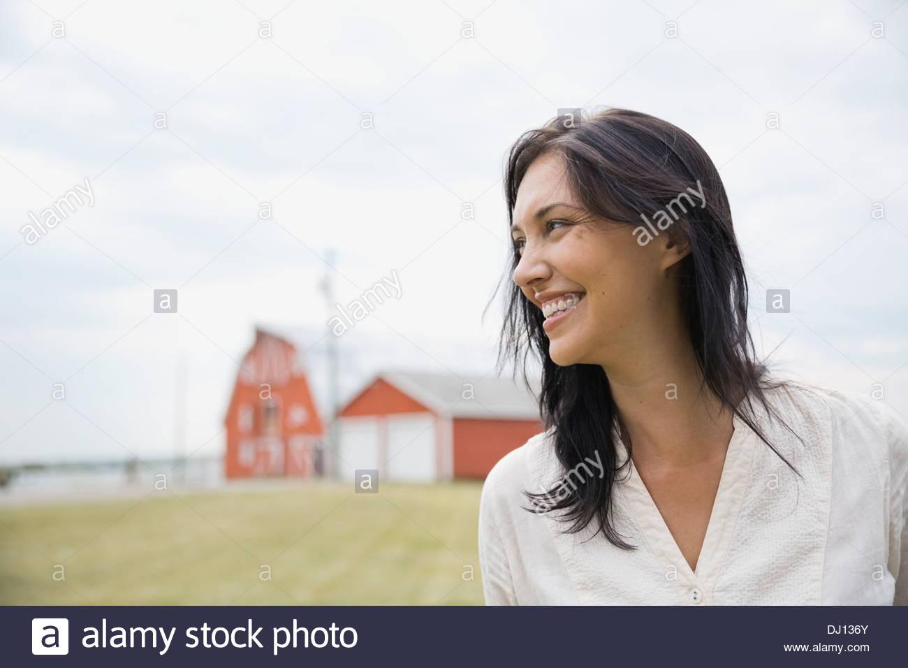 Porträt von lächelnden Frau im freien Stockbild