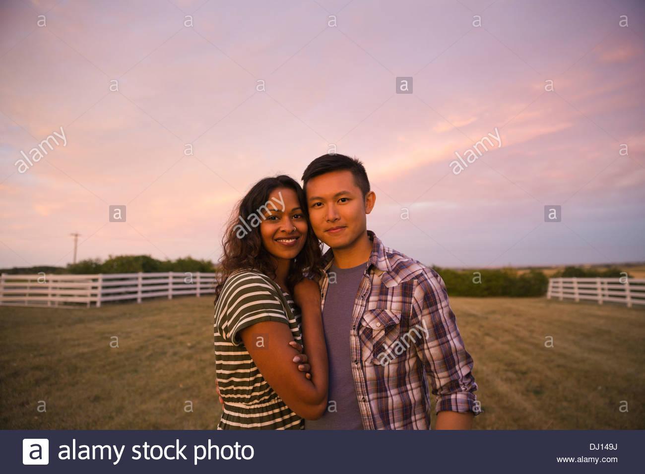 Porträt des multi-ethnischen paar stehen im freien Stockbild