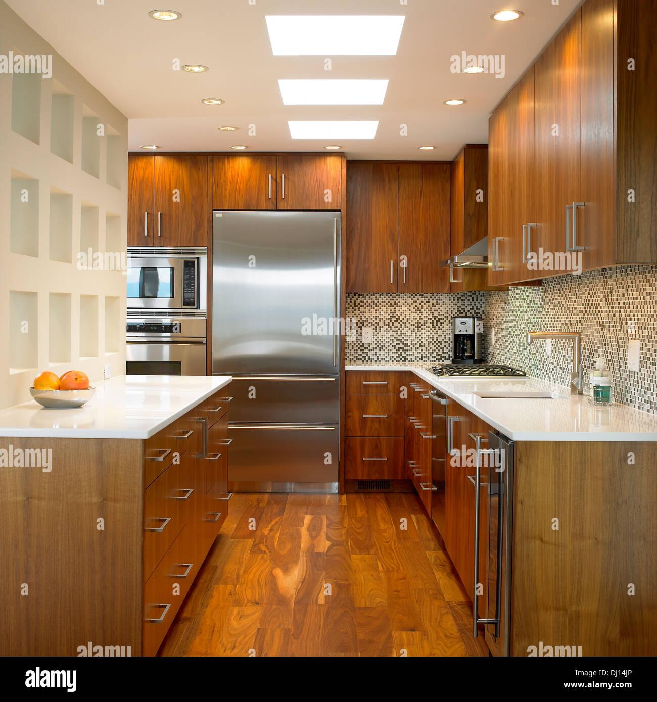 Küche Mit Walnuss Schränke Und Corian Arbeitsplatten