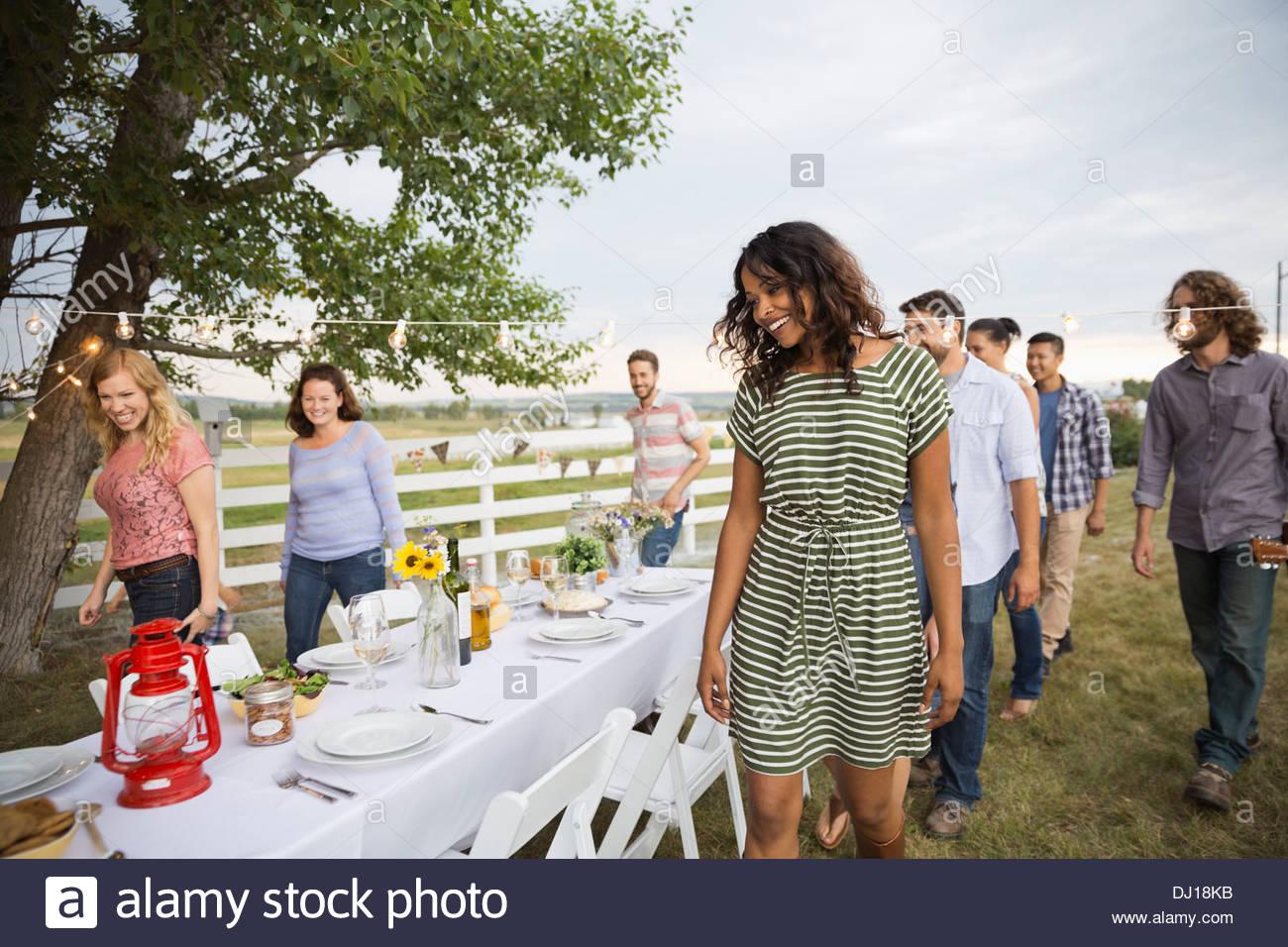 Freunde sammeln für ein Outdoor-Dinner-party Stockbild