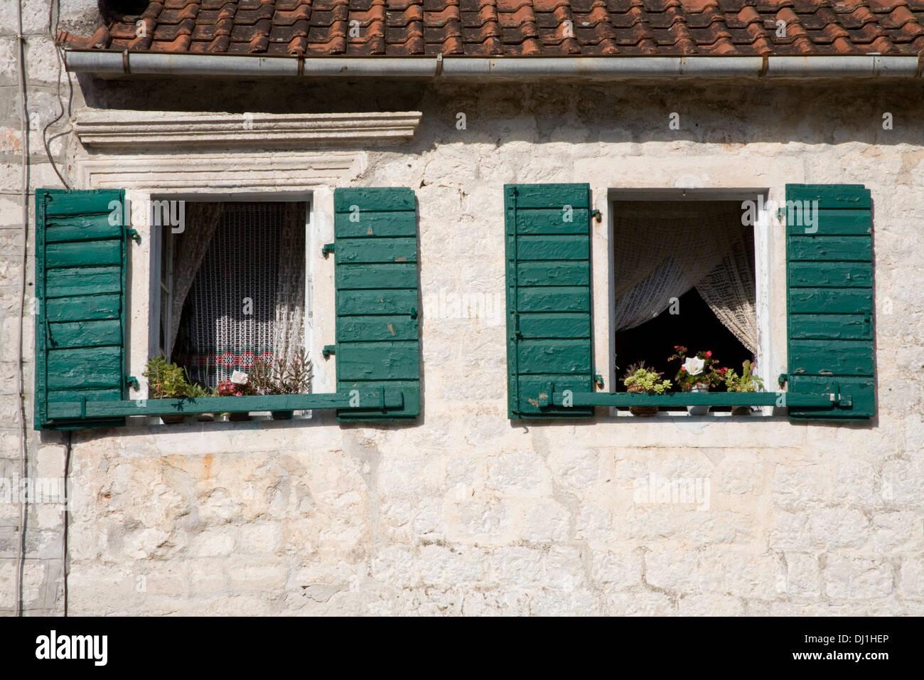 Grüne Fensterläden Fenster auf altes Steinhaus mit Blumen im Fenster ...