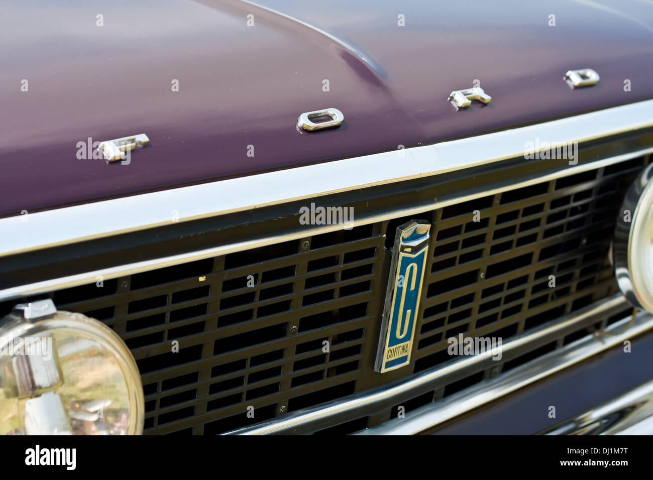 Der Frontgrill und Abzeichen des Oldtimers des Ford Cortina. Stockbild
