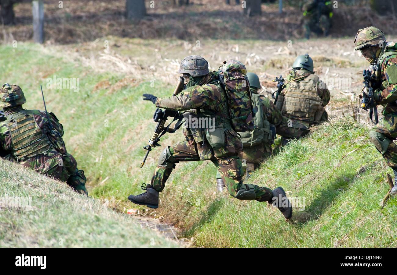 Ein paar getarnten Soldaten sank während eines Trainings der Special Forces der niederländischen Armee um ein Chinook-Hubschrauber Stockbild