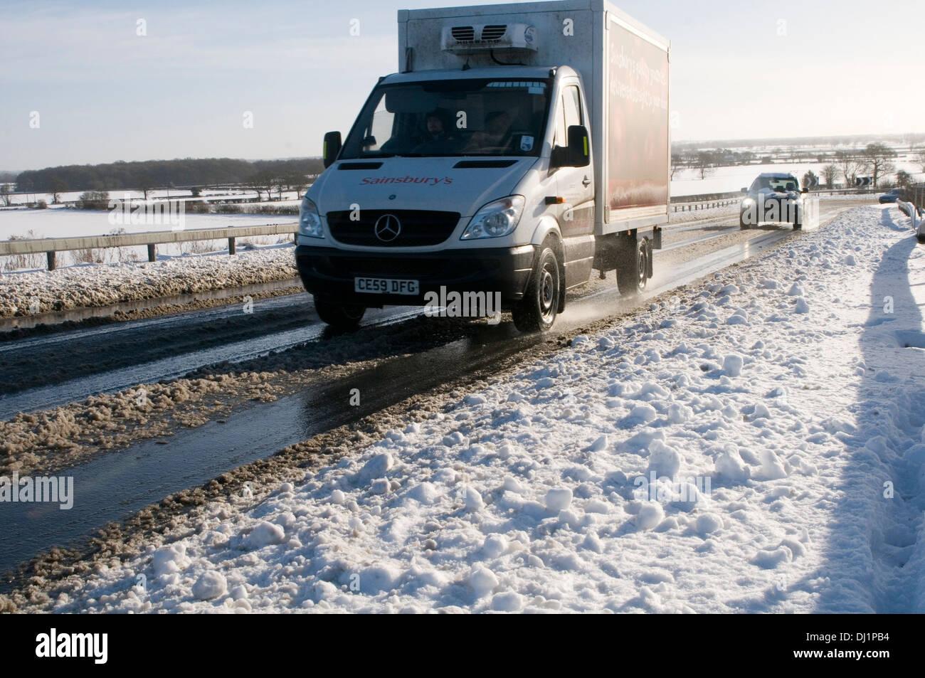 Winterstraßen Eis eisige Kälte fahren Auto Autofahren matschigen Straße Großbritannien britische Fahrer schwere Schnee schneien in slush Stockbild