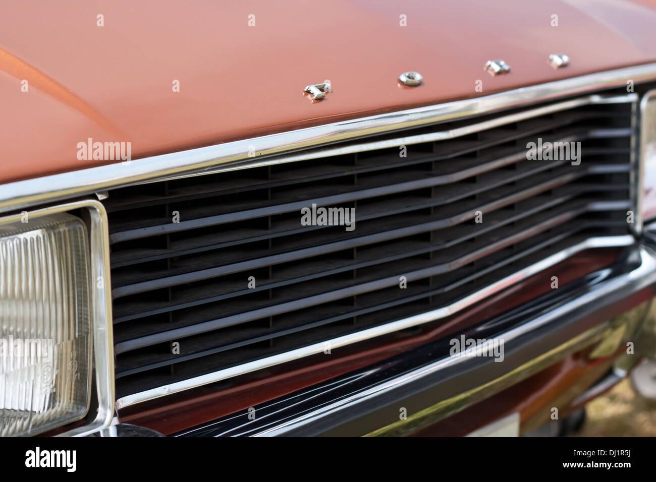 Der Frontgrill und Abzeichen des Oldtimers der Ford. Stockbild