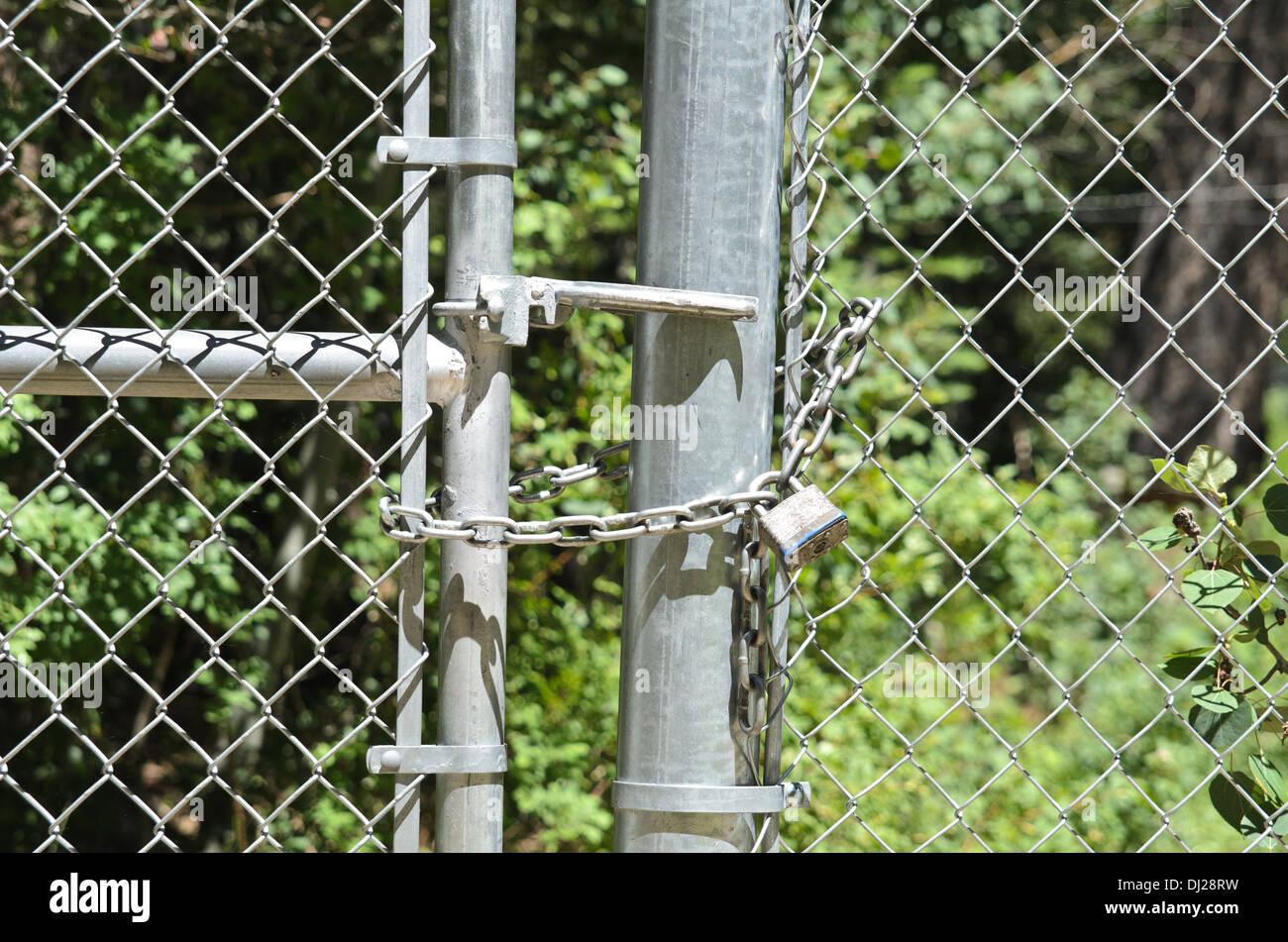 Gefesselt und verschlossenen Zaun mit Kette Stockfoto, Bild ...