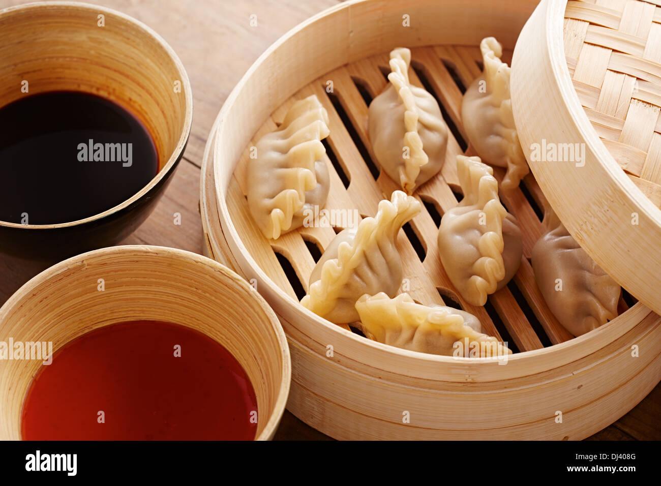 Hausgemachte Dim Sum asiatische Teigtaschen auf einem traditionellen Bambus-Dampfer Stockbild