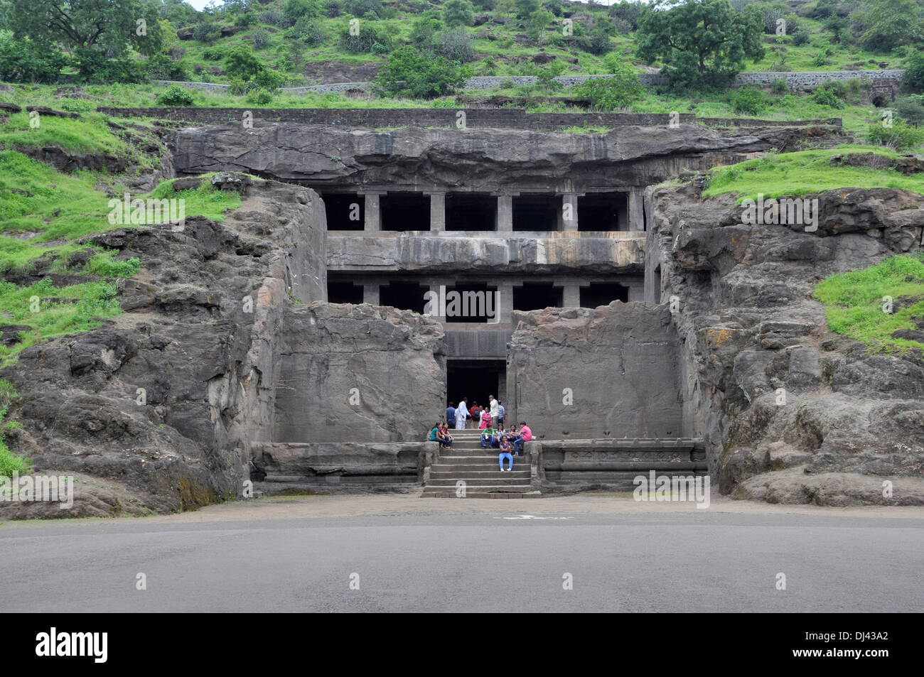 Höhle 12: Teen Tal Fassade. Drei berühmte Höhle hat einen breiten Vorplatz mit drei Sälen. Ellora Höhlen, Aurangabad Stockbild